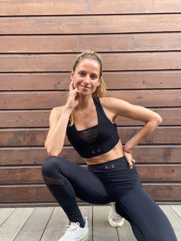 Cette image montre une femme qui porte une tenue AZ/AR couleur noir