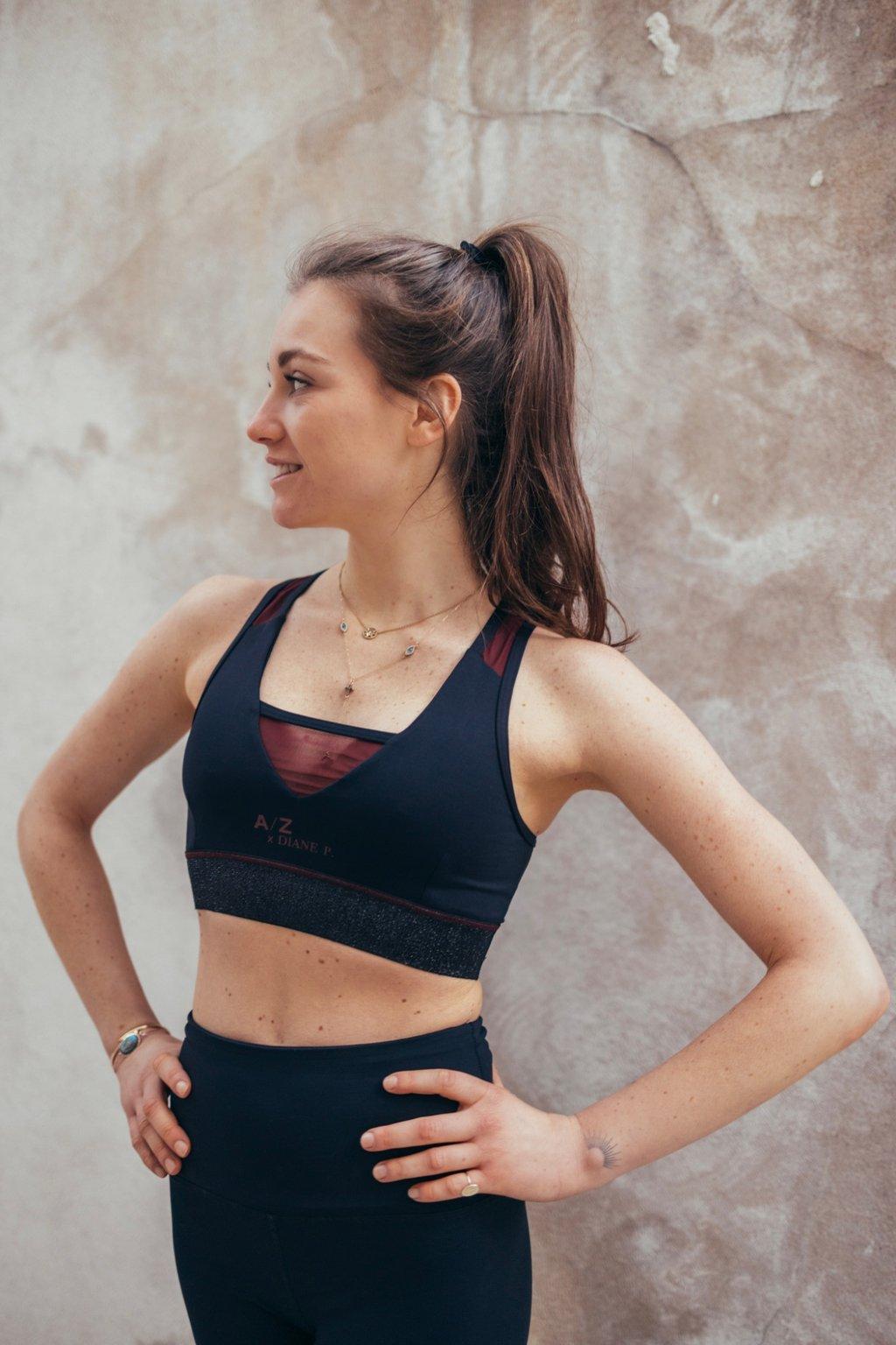 Cette image montre une fille de dos qui regarde sur le côté, elle porte une tenue couleur Terracotta de la marque AZ/AR