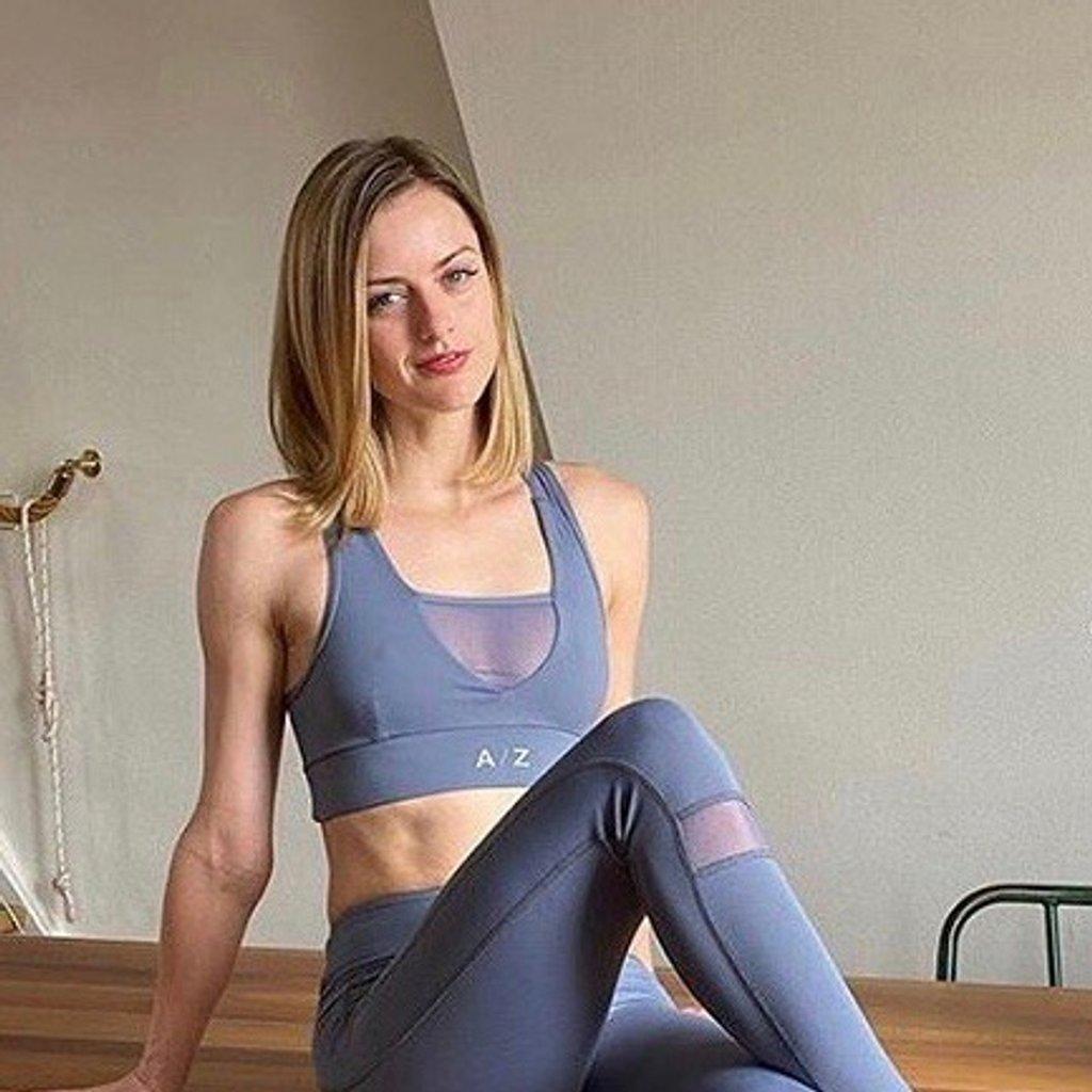 Cette image montre une femme qui porte une tenue AZ/AR couleur bleu/gris