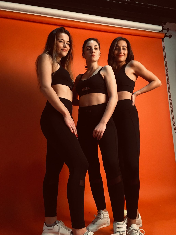Cette image montre 3 filles de face portant des tenues de la marque AZ/AR