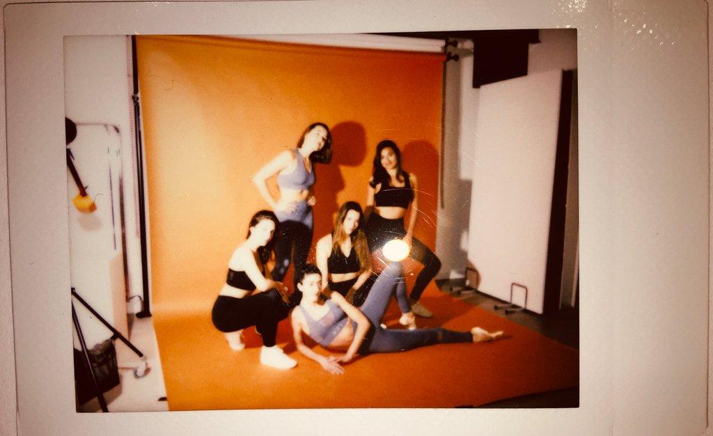 Cette image montre des filles dans un studio photos. Certaines sont debout et d'autres assises ou couchées , elles portent des tenues AZ/AR