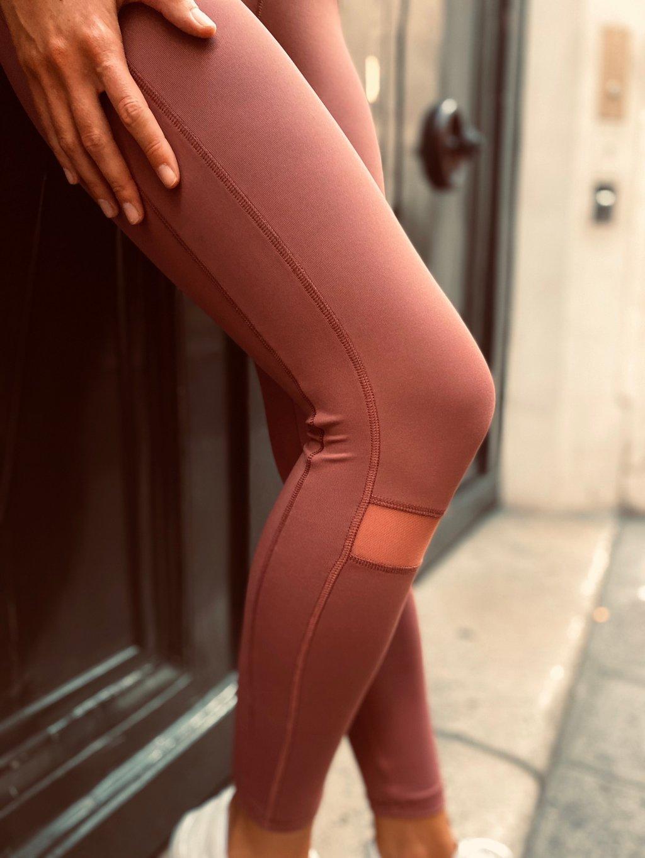 Image jambes de femme , elle porte un legging couleur Terracotta de la marque AZ/AR.
