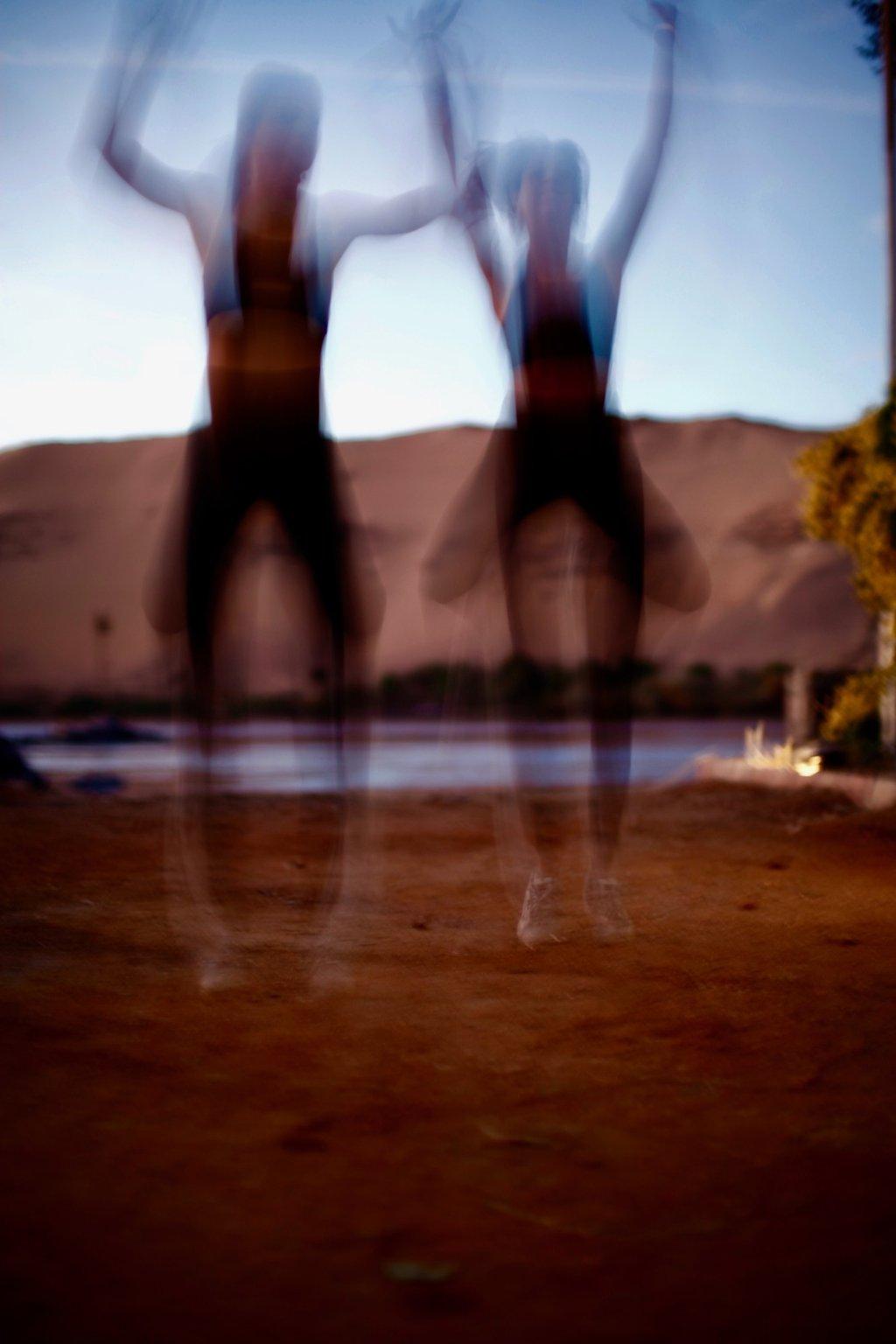 Image flou de deux filles de face qui porte des tenues AZ/AR