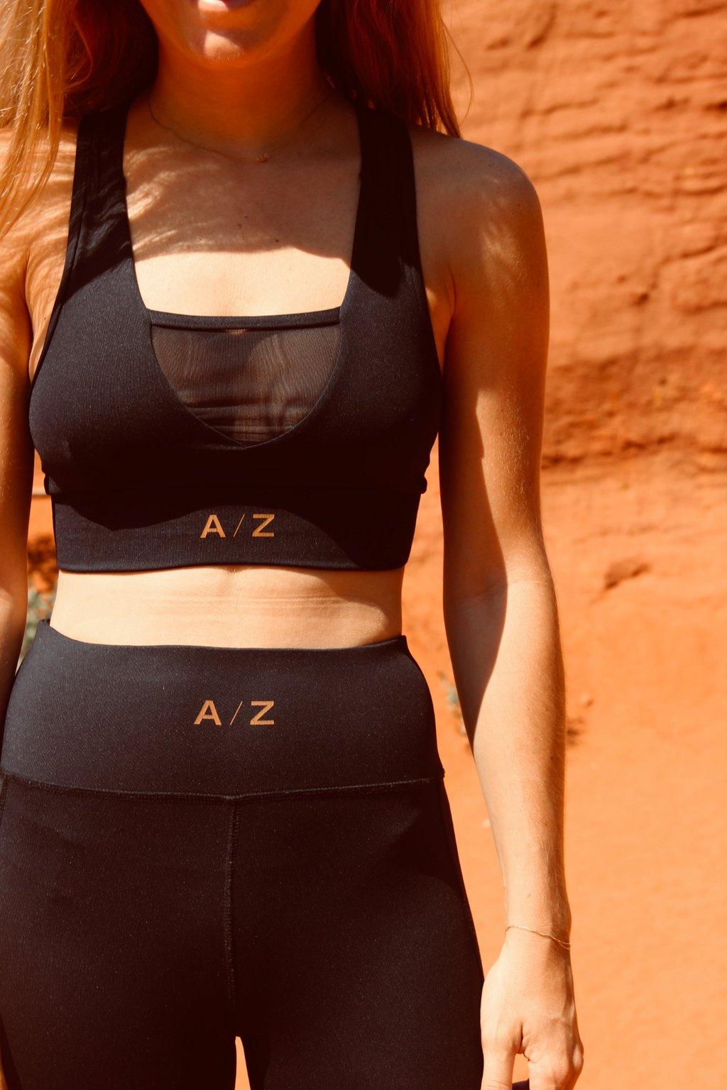 Corps femme de la poitrine au cuisse. Elle porte une tenue de sport